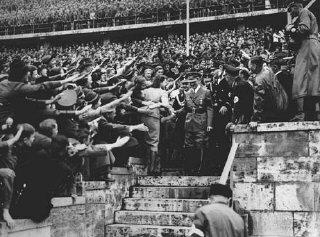 Foule enthousiaste acclamant Adolf Hitler à son arrivée...