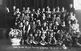 Purim portrait of a kindergarten class at the Reali Hebrew gymnasium.