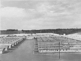 Vue extérieure des baraques du camp de concentration...