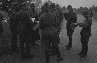 Officiers allemands examinant leurs ordres lors de...
