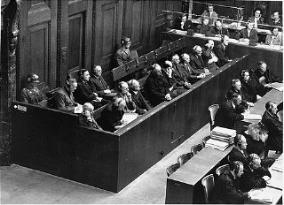Os acusados no banco dos réus durante o julgamento....