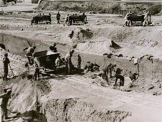 Kerja paksa di tempat penggalian batu di kamp konsentrasi...