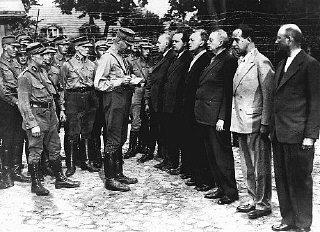 Arrivée de prisonniers politiques au camp de concentration...