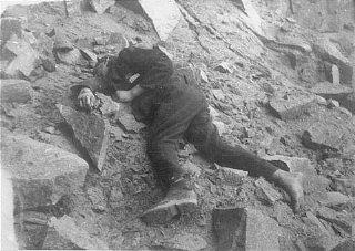 Un détenu soviétique à terre, mort dans la carrière...