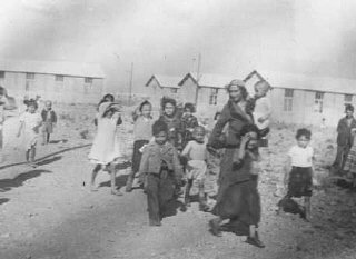 Mujeres y niños romani (gitanos) internados en el campo...