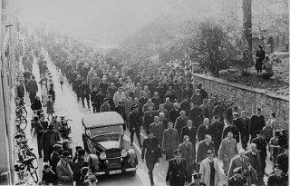 Des gardes SS forcent des Juifs, arrêtés au cours de...