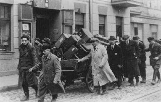 Juifs déportés de Prague, Tchécoslovaquie, traînant...