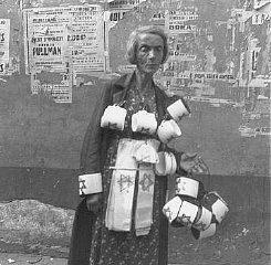 Una mujer consumida vende los brazaletes con la estrella...