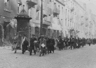 Judíos detenidos durante el levantamiento del ghetto...