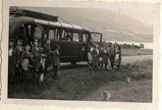 Mujeres auxiliares de las SS bajan de un ómnibus durante...