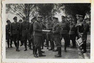 El 1 de septiembre de 1944, Richard Baer acepta ceremonialmente...