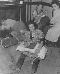 Mujeres y niños judíos que huyeron de Polonia como...