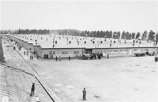 Vue des baraques des détenus peu après la libération...
