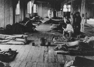 Femmes internées couchées sur de maigres matelas à...