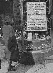 Pancarte sur un magasin appartenant à un Juif durant...