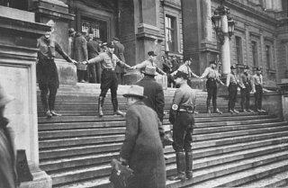 Nazis empêchant des Juifs de pénétrer dans l'Université...