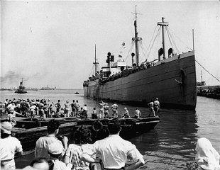 """载着新公民的犹太难民船""""泛约克""""(Pan-York)号驶入海法港,来到新建立的以色列国。"""