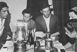 Juifs internés à Chypre se préparant pour Pâque avec...