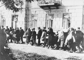 Jews assembled in the Siedlce ghetto during deportation to the Treblinka camp, forced to march toward the railway station.