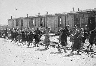 Un gruppo di prigioniere, nella cava del campo di concentramento...