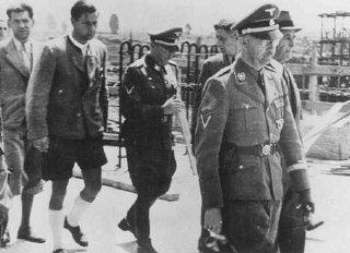 El jefe de las SS Heinrich Himmler (derecha) durante...