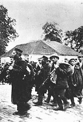 Satu saf tahanan yang tiba di kamp pembantaian Belz...