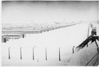 Vista do campo de Auschwitz-Birkenau sob a neve