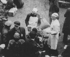 Judíos holandeses recién llegados al ghetto de Ther...