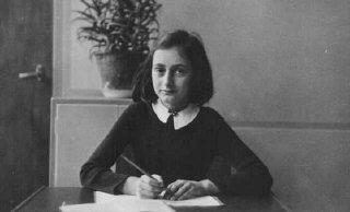 Anne Frank, à l'âge de 12 ans, sur son pupitre d'écolière. Amsterdam, Pays-Bas, 1941.