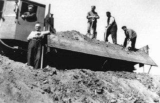 Judíos en trabajos forzados en Tempelhof, en Berlín...