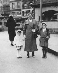 Anne Frank com a mãe e a irmã.