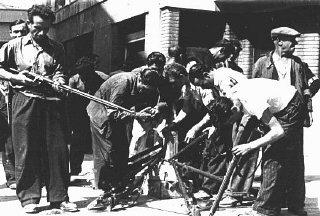 Partisans franceses pegam em armas durante uma revolta na cidade de Marselha.