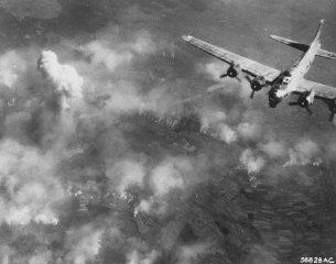 Bombardeio aéreo sobre parte do campo de Auschwitz....