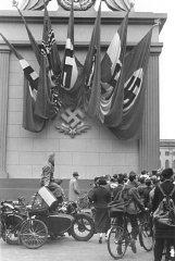 Espectadores alemanes en un mitín nazi en Berlín, junto...