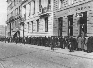 Judíos esperan en el consulado de Polonia para obtener...