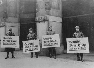 Des membres des SA (Sturmabteilung, sections d'assaut)...