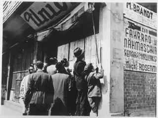 Refugiados judeus em Xangai procurando encontrar nomes...