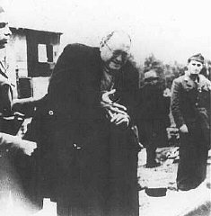 Gardes de camp oustachi (fasciste croate) ordonnant...