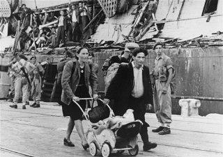 """Des réfugiés débarqués de l' """"Exodus 1947"""" montent..."""