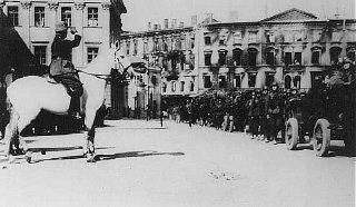 Soldats allemands paradant sur la place Pilsudski.