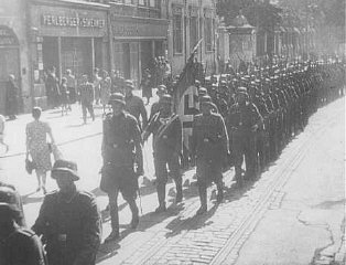 Invading German troops enter the town of Lodz.