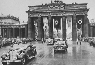 Adolf Hitler atraviesa la Puerta de Brandenburgo de...