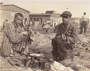 Dos sobrevivientes preparan comida en la parte de afuera...