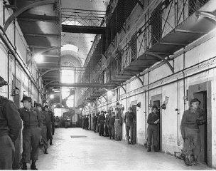 Durante os Julgamentos de Nuremberg, guardas americanos vigiam constantemente os principais criminosos de guerra nazistas na prisão anexa ao Palácio da Justiça.