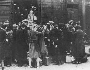 Un transporte de judíos húngaros llega a Auschwitz-...
