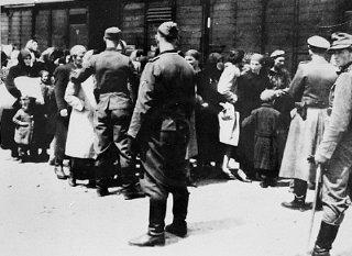 Esta fotografía, parte del álbum de Auschwitz, fue...