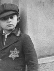 Un niño judío lleva el distintivo obligatorio de la...