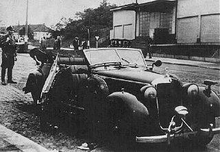 El automóvil dañado del General de las SS Reinhard...