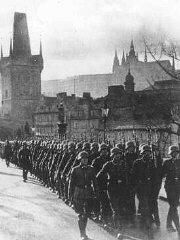 Las tropas de ocupación alemanas avanzan por las calles...