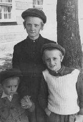 Trois enfants juifs dans le camp de personnes déplacées...